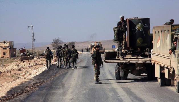 Fuerzas del ejército árabe sirio en la vía que comunica Aleppo con Khanaer en Siria.