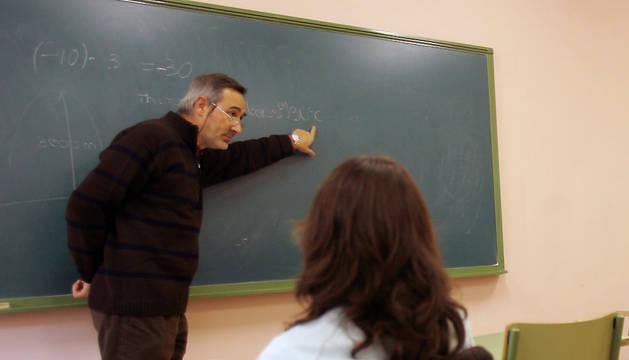 Un profesor imparte una clase de matemáticas en inglés en el IES Basoko.