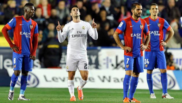 El centrocampista del Real Madrid Francisco Román Alarcón 'Isco', celebra el tercer gol del equipo blanco.
