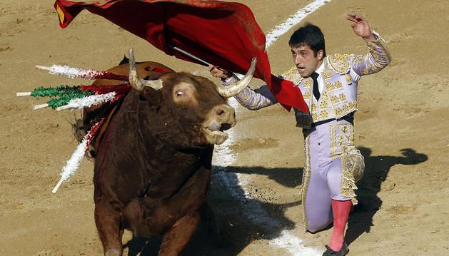 Pase por alto, rodilla en tierra, de Javier Castaño, en una corrida celebrada en 2015 en Tafalla.