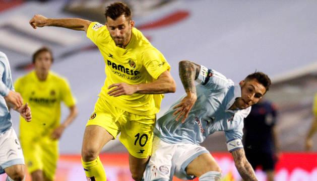 El delantero del Villarreal Leonardo Carrilho Baptistao y el defensa del Celta de Vigo Hugo Mallo, durante el partido.