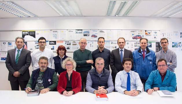 La dirección de VW-Navarra y las secciones sindicales de UGT, CC OO y CGC, tras la firma del acuerdo.