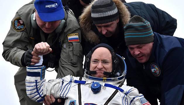 Los tres integrantes de la expedición -los rusos Serguéi Volkov y Mijaíl Kornienko, y el estadounidense Scott Kelly regresaron a la Tierra después de 340 días en la Estación Espacial Internacional (EEI).