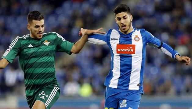 El centrocampista del Espanyol Marco Asensio disputa un balón con Dani Ceballos, del Real Betis.