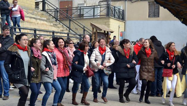 La música y los bailes marcaron el ambiente en las calles después del lanzamiento del cohete.