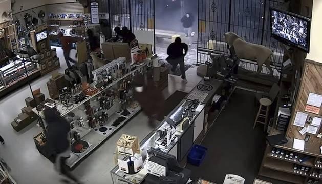 Una decena de encapuchados asaltan una tienda de armas en la ciudad de Houston.