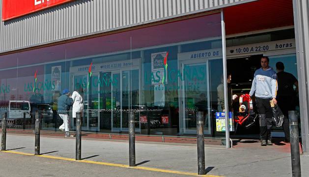 Una imagen del exterior del centro comercial Las Cañas.