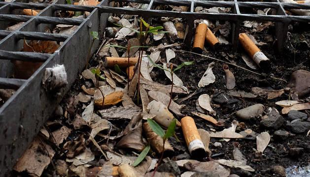 Colillas acumuladas en la calle Martín Azpilcueta.