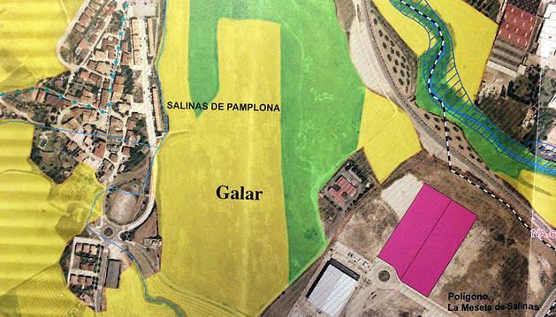 Montaje que han preparado en la asociación para mostrar la proximidad del matadero con Salinas.