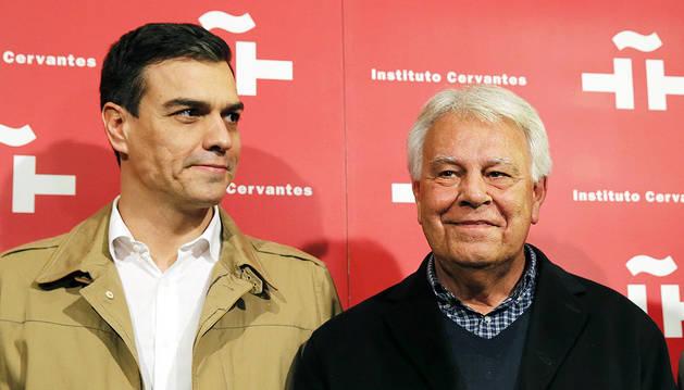 El secretario general del PSOE, Pedro Sánchez, y el expresidente del Gobierno Felipe González.