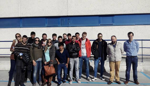 Los participantes en la visita posaron juntos frente a las instalaciones de Gráficas Ulzama en Huarte.