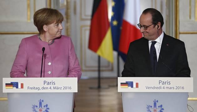 Hollande y Merkel quieren convencer a Turquía de readmitir a refugiados