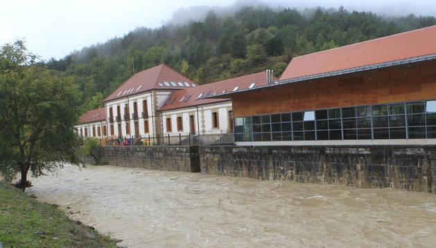 Vista del actual colegio de Roncal, junto al río Esca.