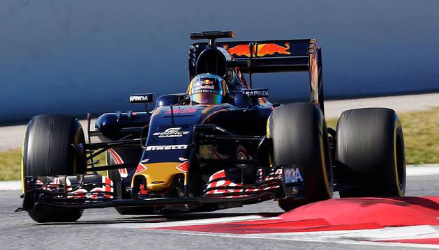 Carlos Sainz, del equipo Toro Rosso, durante los entrenamientos en el Circuito de Barcelona.