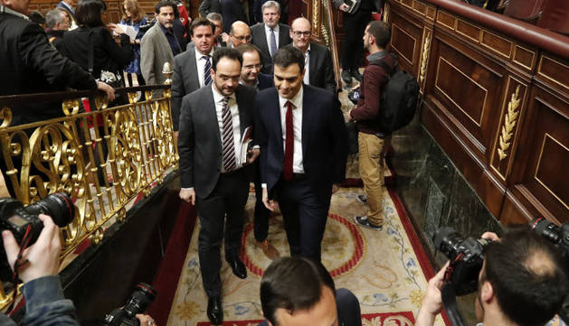 Pedro Sánchez abandona el hemiciclo tras la segunda votación en el pleno del Congreso de los Diputados.
