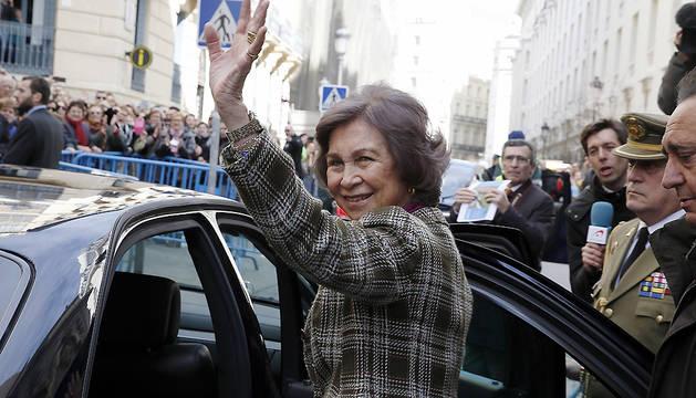 La Reina Sofía saluda tras su visita a la basílica madrileña de Jesús de Medinaceli.