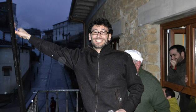 El alcalde, Asier Urra, prendiendo la mecha del cohete bajo la lluvia.