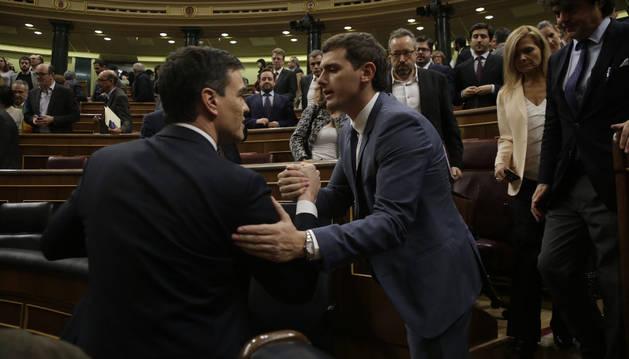 El secretario general del PSOE, Pedro Sánchez, es saludado por el presidente de Ciudadanos, Albert Rivera.