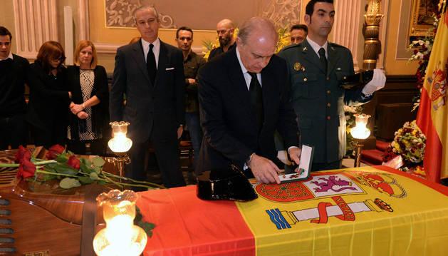 Jorge Fernández Díaz impone la Cruz de la Orden del Mérito al agente fallecido en Barbastro.