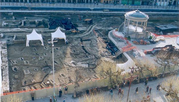 Excavación en la plaza del Castillo donde se encontró el cementerio islámico.