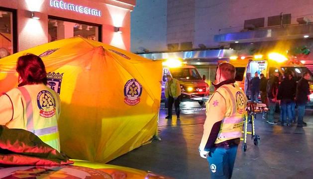 Servicios de emergencias montando un hospital de campaña en el lugar del suceso.