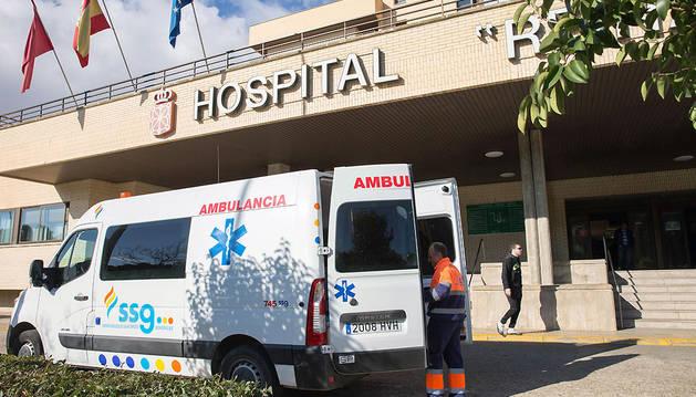 Una ambulancia de SSG, a las puertas del hospital de Tudela realizando un servicio.