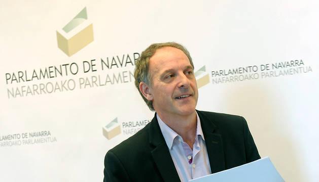 El portavoz de EH Bildu en el Parlamento de Navarra, Adolfo Aráiz, tras la reunión de la Mesa y Junta de Portavoces.