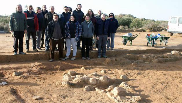 Imagen de parte de los participantes en la campaña de excavaciones en la villa romana de Cascante, junto a algunos de los restos hallados.