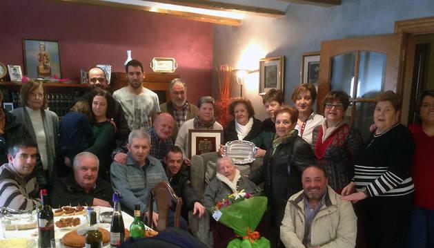 Carmen Muro Sesma rodeada por su familia, representantes municipales y de colectivos.