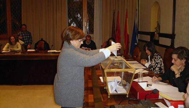La edil Conchi Gómez en el momento de depositar en la urna su voto para la elección del Juez de Paz.