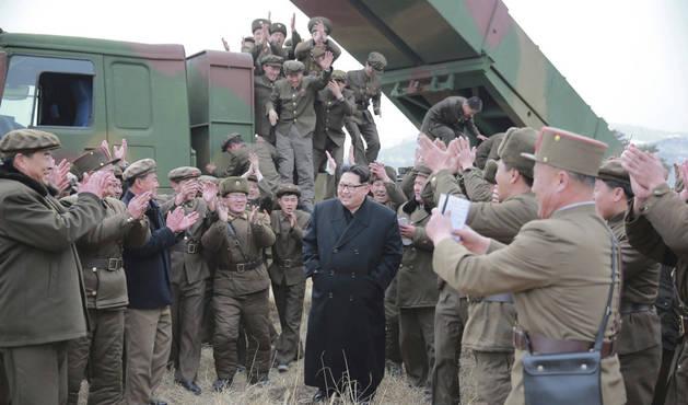 El líder norcoreano, Kim Jong Un, mantiene una reunión con personal militar.
