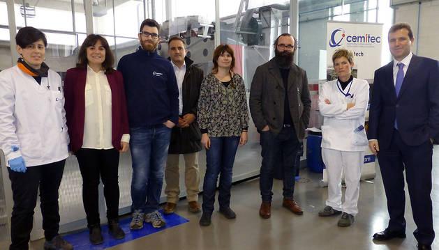 La plantilla de Ctel, junto con el director de Cemitec, Xavier Troyas (a la dcha.), ayer en la planta piloto.