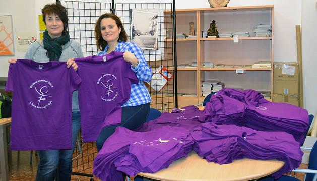 La concejal Mariví Sevilla y María Gurpegui (agente de desarrollo local) con las camisetas de la carrera de la mujer.