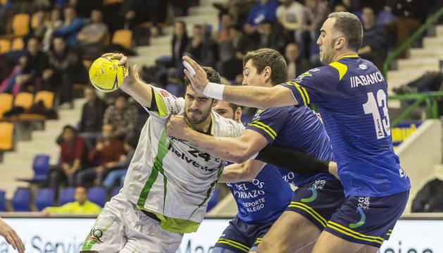 Ander Ugarte intenta zafarse de la defensa del Cangas.