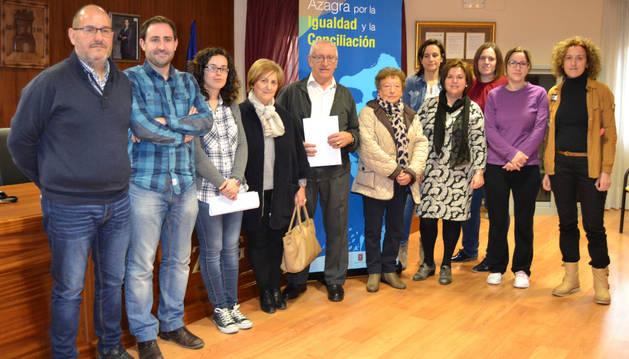 Representantes del Ayuntamiento, centros educativos, club de jubilados y empresas de Azagra.
