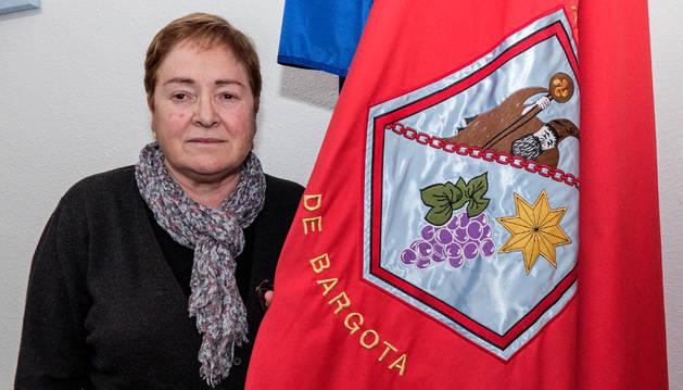 La alcaldesa, Gurutze Merino, con la bandera de Bargota.