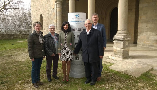 María José Urmeneta, directora de la oficina de CaixaBank en Orkoien, ha entregado la ayuda a José María Crespo, párroco de la iglesia de San Miguel.