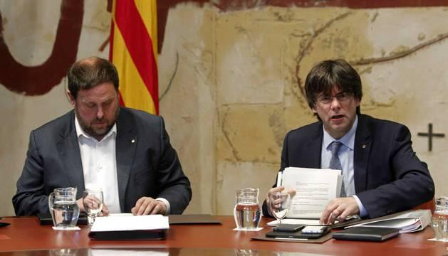 Puigdemont (d), junto a Oriol Junqueras durante la reunión semanal del gobierno catalán.