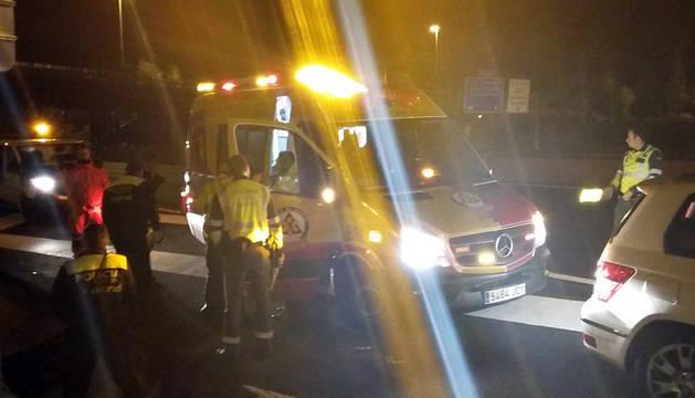 Dos guardias civiles ayudan a una mujer a dar a luz en la autopista A-1