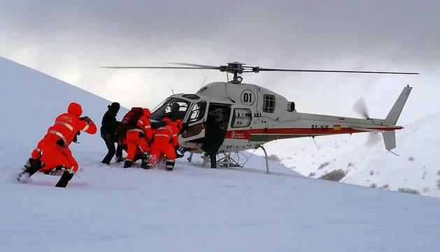 La peregrina, en su traslado hasta el helicóptero que le condujo al CHN.