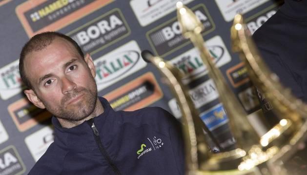 Valverde, junto al trofeo de la Tirreno.