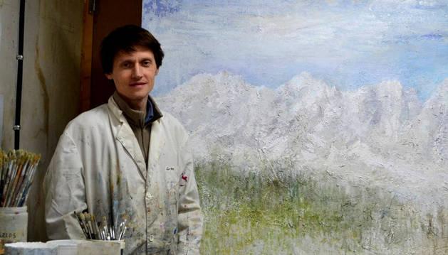 El pintor Carlos López, junto a uno de sus cuadros.