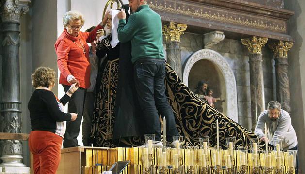 Un manto de negro y oro vistió ayer a la Dolorosa de Semana Santa