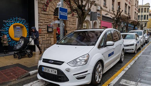 La parada de taxis, en una imagen de ayer por la tarde en la calle San Andrés de Estella.