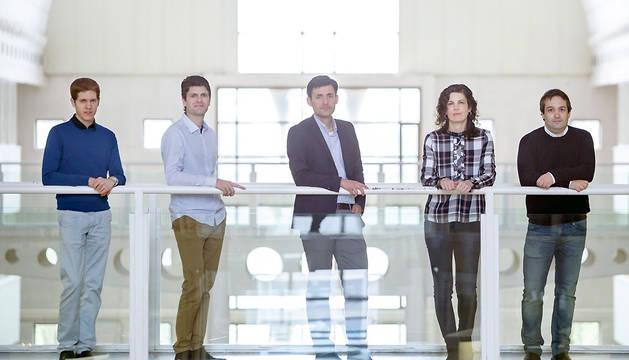 Cinco de los siete doctores premiados. De izq. a dcha.: Mikel Galar, Alfredo Ursúa, Francisco Idareta, Sara Martínez de Morentin y Martín Gastón, en la Biblioteca de la UPNA.