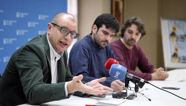 Carlos Gimeno, a la izda., junto al alcalde, Eneko Larrarte (I-E) y el portavoz de Tudela Puede, Dani López.