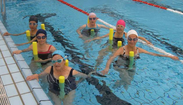 Participantes en el curso de iniciación en la piscina de Guelbenzu.