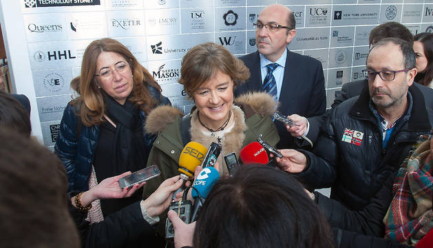La ministra de Agricultura atiende a los medios en Pamplona.