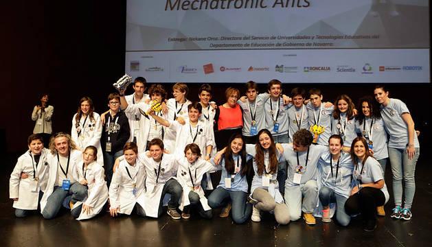 Imagen de los dos equipos navarros: Mechatronic Ants y FSingenium Team (con batas blancas).
