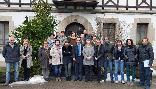 Manu Ayerdi y Izaskun Ibarra, junto a los empresarios con los que se ha reunido en Lekunberri.